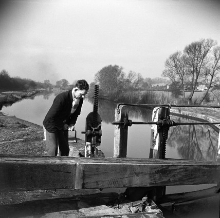 'Bill Beresford raising ground panel at Slaughter's Lock', Boxmoor, 1950.