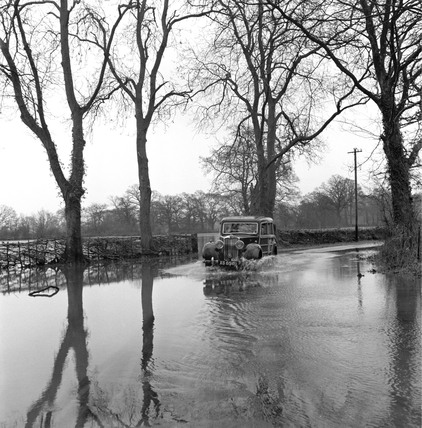 Floods on the road to the Severn and Avon Lock, Tewkesbury, 1950.