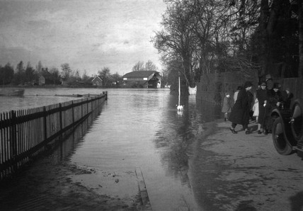 The flooded river Thames, 1925.
