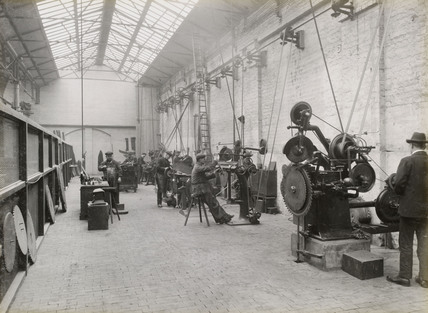 Workers sharpening saws, Doncaster works, South Yorkshire, c 1916.