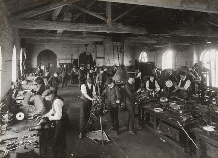 Manufacture of gas lights, South Yorkshire, c 1916.