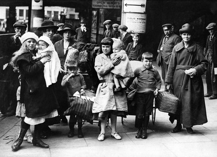 Hop pickers at Victoria Station, London, 1919.