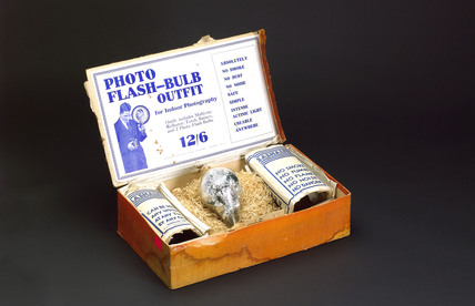 Ensign photo flash-bulb outfit, c 1935.