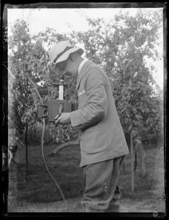Horace Nicholls with his Newman & Guardia Reflex camera, c.1903.