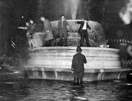 People in the fountain in Trafalgar Square, 31 December 1958.