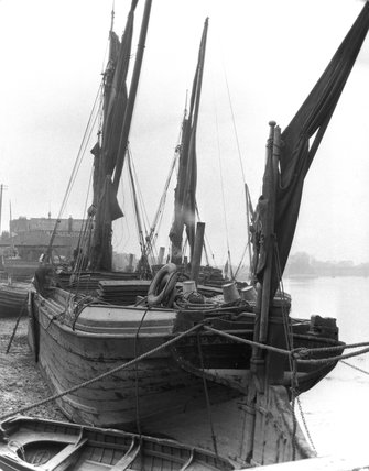 Sailing barge, River Thames, London, c 1920s.