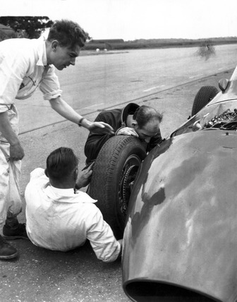 Stirling Moss fixing a wheel, June 1959.