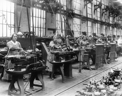 Lancashire & Yorkshire Railway'a women war workers using turret lathes, Horwich works, May 1917.