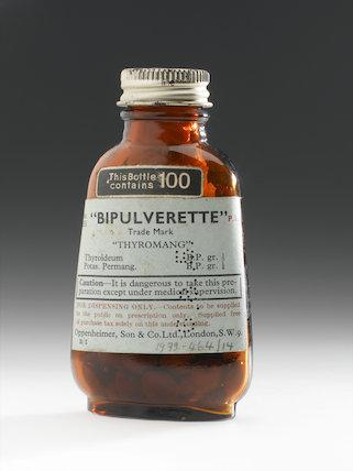 Brown glass bottle of   Bipulverette     Thyromang   pills, England, 20th century.