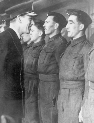 Lord Mountbatten talking with Commando men.