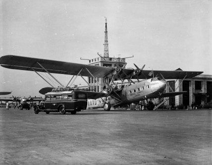 Croydon Airport - streamline van loading mail - 1935