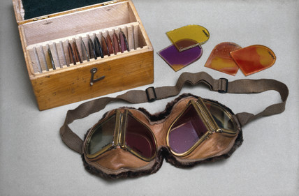 Goggles with coloured glas, in wooden case