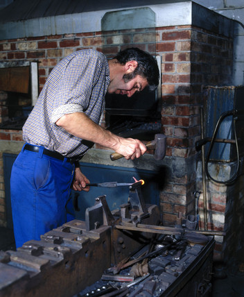 Forging surgical instruments, Arnold & Sons, Essex, 1981.