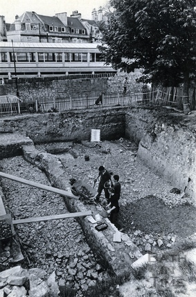Archaeologists discovering 4th century cobbles, 10 June 1986