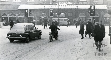 Commuters arriving a Bath Spa station faced a slow trek along snowy pavements to reach their offices, Jan 1982