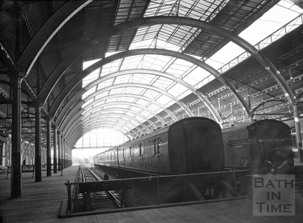 A quiet Green Park station, c.1960s