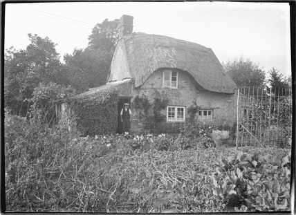 Rural thatched Cottage at Wingfield c.1932