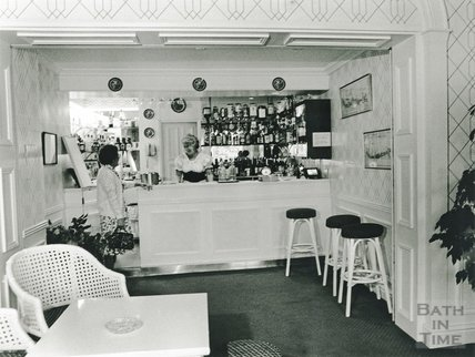 The new bar in Pratt's Hotel, South Parade, June 1991