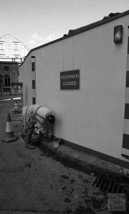 Putting up the hoardings around the site of Thermae Bath Spa 2000.