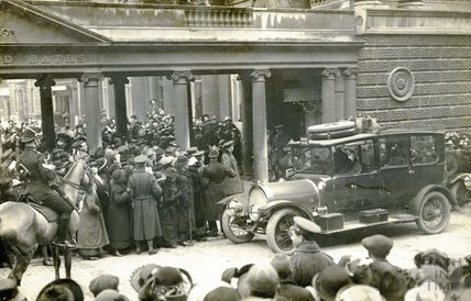 Lord French visit of 1915, Scene Outside the Pump Room
