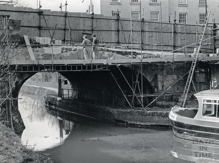 Repairing the bridge on the Kennet and Avon Canal, Bathwick Hill, Bath 1985