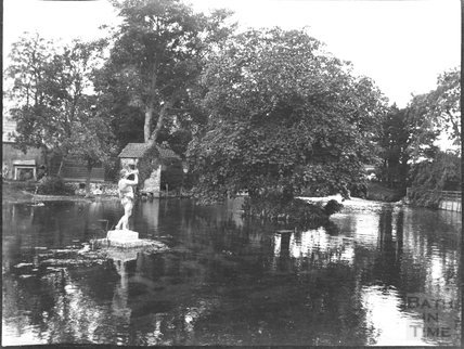 The lake and statue in the grounds of an unknown house, c.1900s