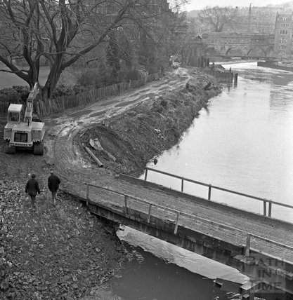 The temporary bridge over the River Avon whilst building the new weir at Pulteney Bridge 18 Feb 1971