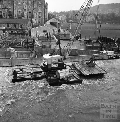 High water at Pulteney weir during construction, 19 November 1970
