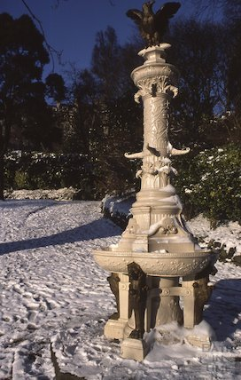 The fountain at Hedgemead Park in snow, Feb 1979
