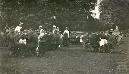 Wounded soldiers being entertained by nurses at Sydney Gardens, 1915