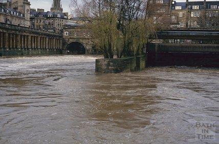 Flood, Pulteney Weir, January 1993