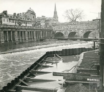 Construction of the new Pulteney Weir compromised by flooding, 1 March 1971