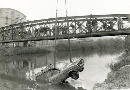A van is removed from the River Avon at Twerton, Bath, 18 February 1991