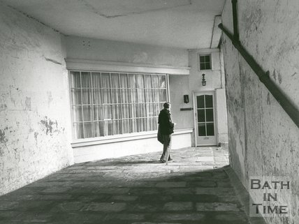 Passage beside no. 35 St. James's Square, Bath, January 1974