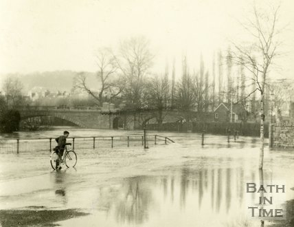 Looking towards North Parade Bridge from Ferry Lane, Dolemeads, Bath during the floods 1954
