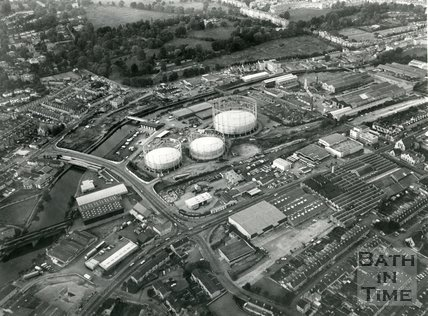 1986 Aerial view of the old gas works site, Bath Press Building, and Stothert & Pitt works, Bath, April