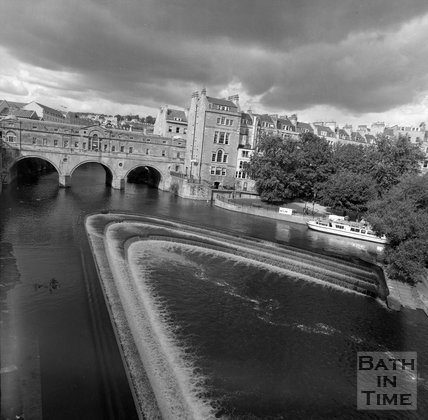 Pulteney Bridge and weir from Grand Parade, Bath, c.1990