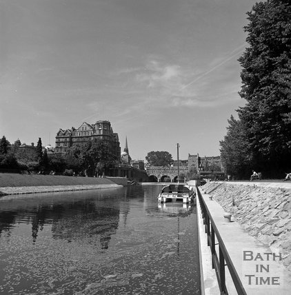 The river and weir at Pulteney Bridge with the Empire Hotel, Bath to the left, c.1977