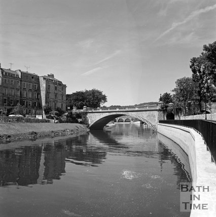 North Parade Bridge, Bath viewed from the river bank, c.1977