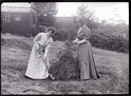 Suffragettes Marie and Georgina Brackenbury (left to right) 1909