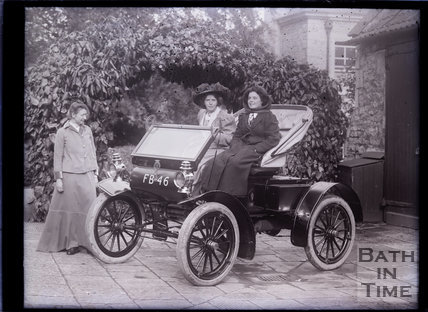Suffragettes Mary Blathwayt, Annie Kenney and Margaret Hewitt with the car Bodo, Batheaston c.1910
