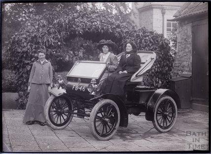 Suffragettes Mary Blathwayt, Annie Kenney and Margaret Hewitt with the car Bodo, Batheaston c.1910