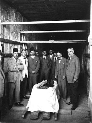 Preparing to examine Tutankhamun's mummy