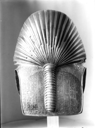 Back view of the gold mask of Tutankhamun